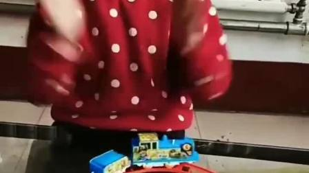 趣味童年:呜呜呜,大坏蛋把我的火车弄坏了