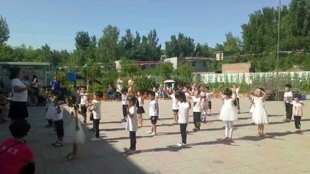 一群小朋友在跳舞