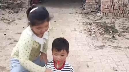 趣味生活:姐姐把弟弟好吃的拿走啦