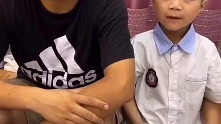 童年亲子:哥哥和弟弟怎么把玩具装起来了呀