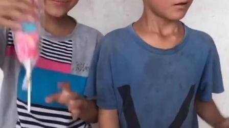 童年亲子:哥哥和弟弟有一样多的糖果吗