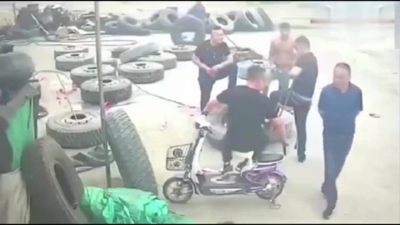 监控:3个男子踩在轮胎上聊天,自以为很帅,没想到危险正在靠近