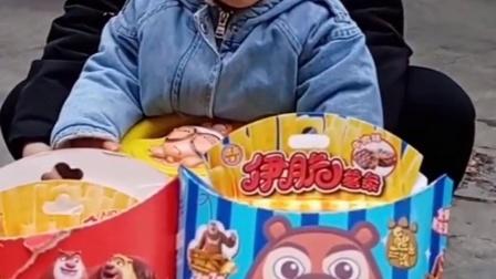 童年亲子:妈妈给熙熙买了光头强薯条和熊大薯条