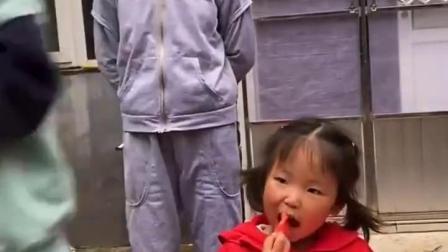童年亲子:妹妹这么大的西瓜肯定吃不完,我帮她吃一点