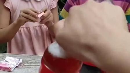 童年亲子:姐妹两喝饮料,打不开盖怎么办啊