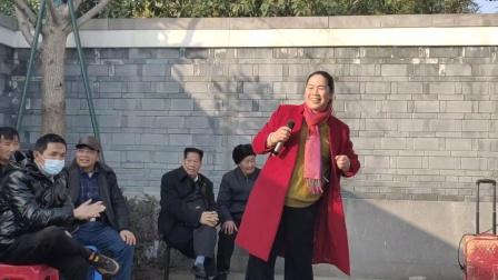 宁波戏迷小杨在西塘河公园演唱越剧