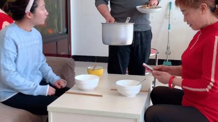 家庭搞笑:吃饭速度要快,不然连盆都没有了!