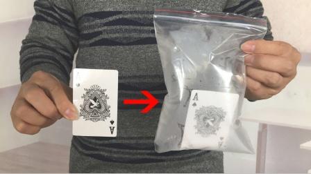 纸牌穿进密封的袋子里