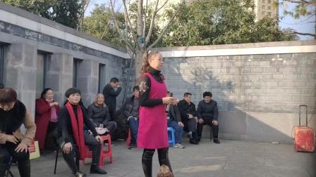 阮碧莲在宁波西塘河公园演唱越剧