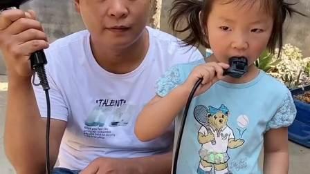 童年趣事:宝宝把插头插上