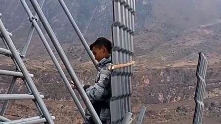 这是高手啊,背这么重上楼梯还能玩手机