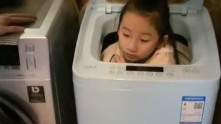 玩躲猫猫,被卡在洗衣机里,消防员已经在来的路上了!