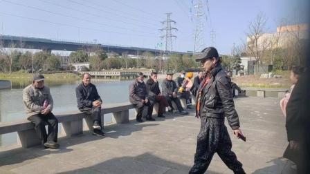 宁波戏迷在宁波市西塘河公园演唱越剧(人去楼空空寂寂)选段。