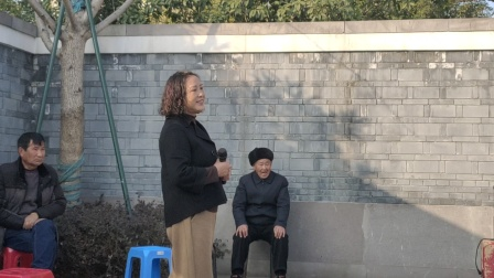 宁波戏迷阮碧莲等在宁波市西塘河公园演唱越剧(打金枝)选段。