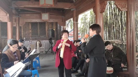 宁波市戏迷在宁波市西塘河公园演唱越剧(十八相送)选段。