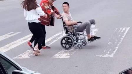 老人推受伤的儿子过马路,被鸣笛催促,结果出现暖心的一幕