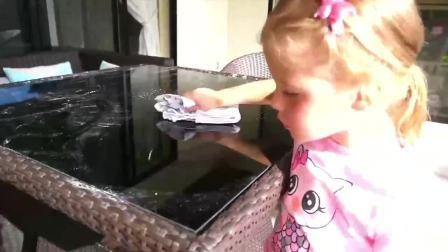 萌宝小可爱:小萝莉洗澡爸爸充当仆人