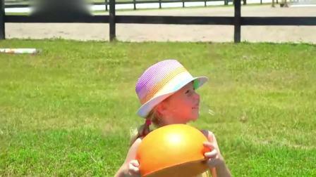 萌宝小可爱:萌娃去野外玩,发现一个大西瓜