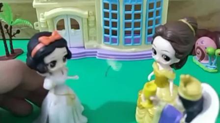 公园好漂亮啊,白雪和贝儿想去抓蝴蝶,为什么王后不同意呢