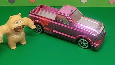 熊二有一个新车子,乔治去借车子了,可是熊二不想借给他
