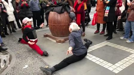 公公喜欢跳舞,最近天天和大妈们斗舞!
