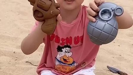 趣味童年:小萌娃这么喜欢玩沙土