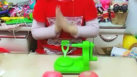 童年趣事:唱一首好妈妈的歌,给妈妈削个大苹果!