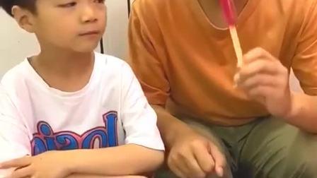 童年趣事:叫你偷吃我的好吃的,来给你吃个辣条