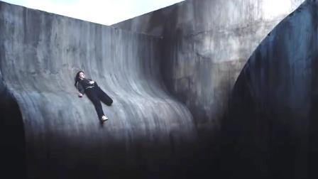 女孩被困在光滑曲面,脚下是万丈深渊,内心只剩下了绝望!