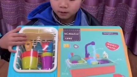童年趣事:宝贝买了电动洗碗机,看起来好好玩啊!
