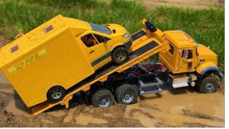 大卡车营救水里的厢式货车