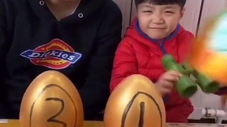 童年趣事:谁能砸开金蛋,就能吃到最后一包果冻!