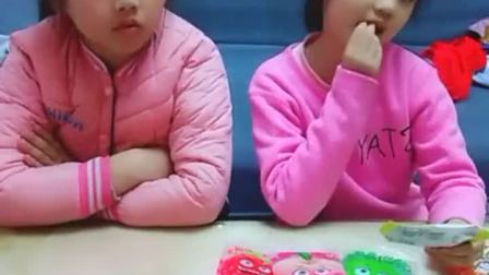 童年趣事:妹妹糖果多,姐姐生气了
