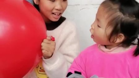 童年趣事:姐姐给妹妹扇风