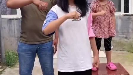 童年趣事:姐姐给大家表演个摇头舞