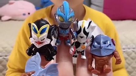 趣味童年:小萌娃 你想要妈妈手里那个玩具呀