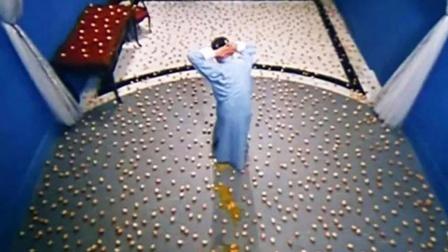 男子被关在满地鸡蛋的房间,踩坏一颗减寿3年,结果全被踩碎了