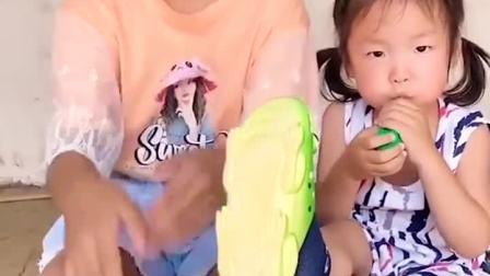 童年趣事:妹妹好惨呀,袜子破了好大的洞