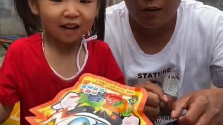 童年趣事:妹妹把零食都抢走了