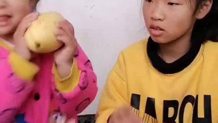 童年趣事:妹妹还小让给妹妹吃吧