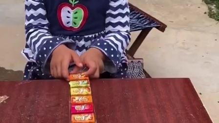 妹妹知道帮我分担家务了,奖励她一卷好吃的泡泡糖