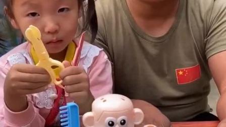 童年趣事:小宝贝变身理发师