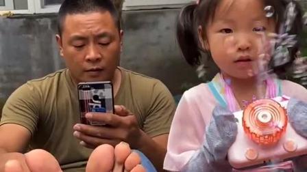 童年趣事:爸爸的袜子呢