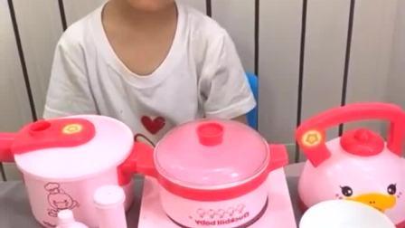 童年趣事:给妈妈煮鸡蛋,凯凯最棒!