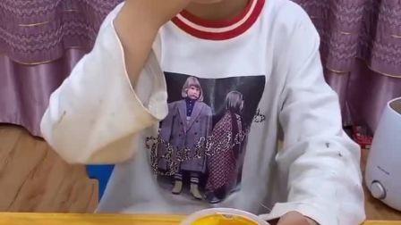 童年趣事:宝贝,妈妈也想吃果冻哦