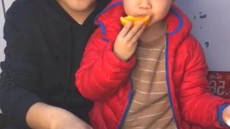 童年趣事:哈哈,和爸爸吃橙子,真甜……