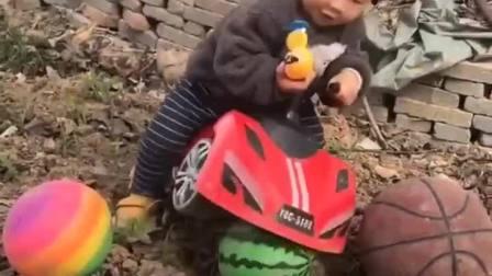 趣味童年:小朋友的球跑走了!