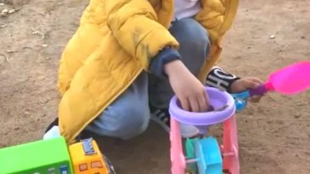 童年趣事:儿子玩沙子,小朋友来一起玩呀