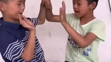 童年趣事:两个小宝宝在玩游戏