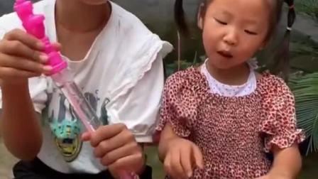 趣味童年:姐姐带妹妹吹泡泡,你们玩过吗?